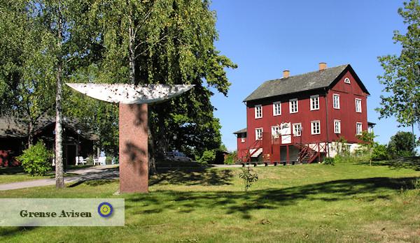 Dalslands konstmuseum ligger med utsikt över sjön Spången och museibyggnaden smälter in bland de röda husen i den gamla bruksmiljön kring bruket i Upperud.